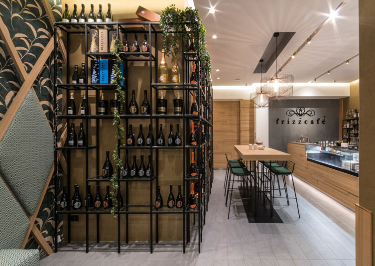 Frizzcafè, Bari: a place that combines materials and shapes in a surprising way